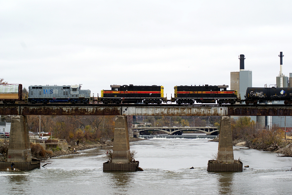 468, 403, and 495 in the consist make their last run east on the IAIS.