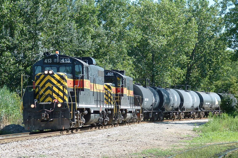 After bringing in CBBI-04, IAIS 413 and 401 come off the RI main with BISW-06, Blue Island, IL 08/06/04