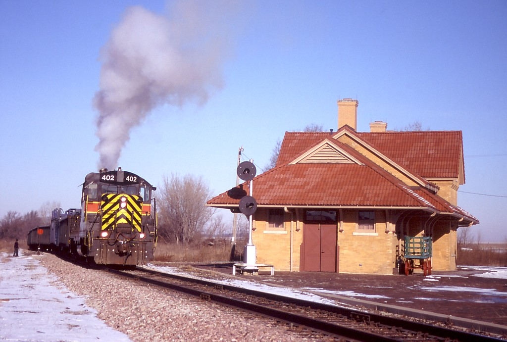 IAIS 402 smokes it up on ICSW-11 as it switches cars on the siding at West Liberty, IA on 11-Feb-2004.  Photo by Erik Rasmussen