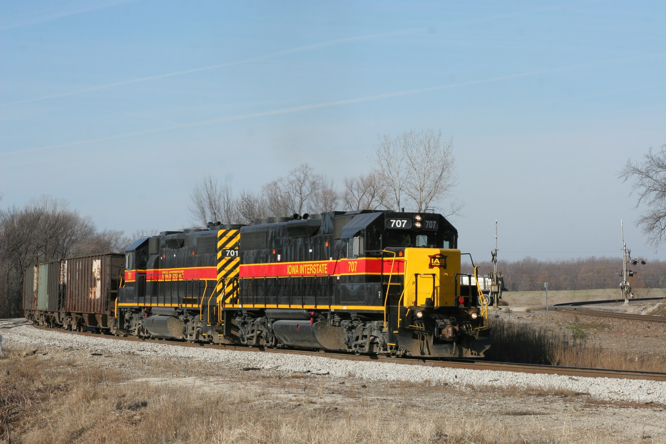 With BNSF 6786 and train clear of the junction, 707/701 get a light through the crossover