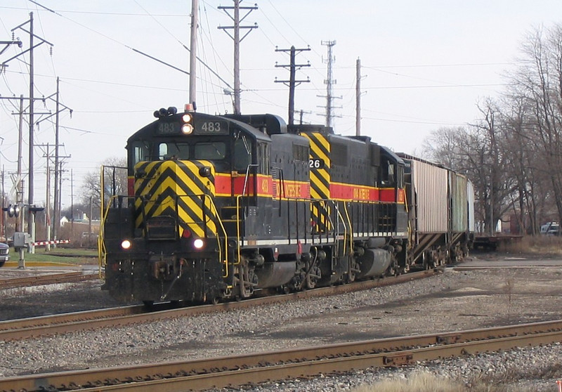 IAIS 483 West on BUNTXH-25 rejoins the IAIS main (right) at 7th Street East Moline on 25-Nov-2003.