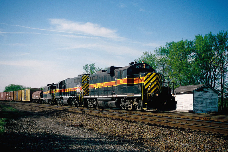 IAIS 407 with BICB-28 on BNSF Detour @ Barstow, IL.  April 29, 2004.