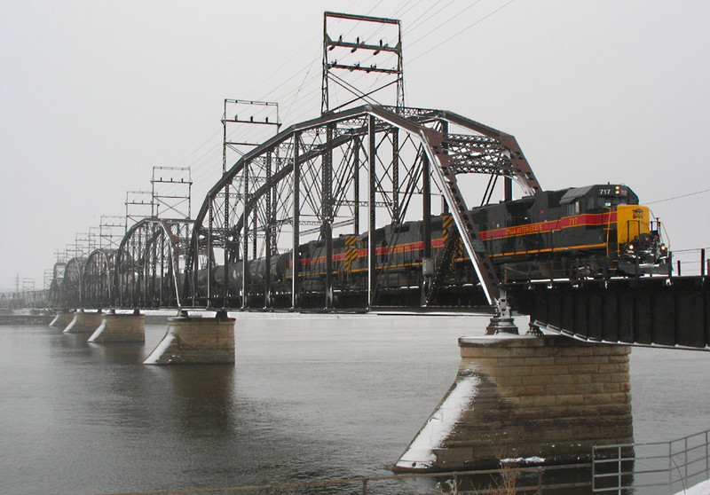 BICB-21 crosses the Mississippi River via BNSF's Crescent Bridge on 22-Jan-06.