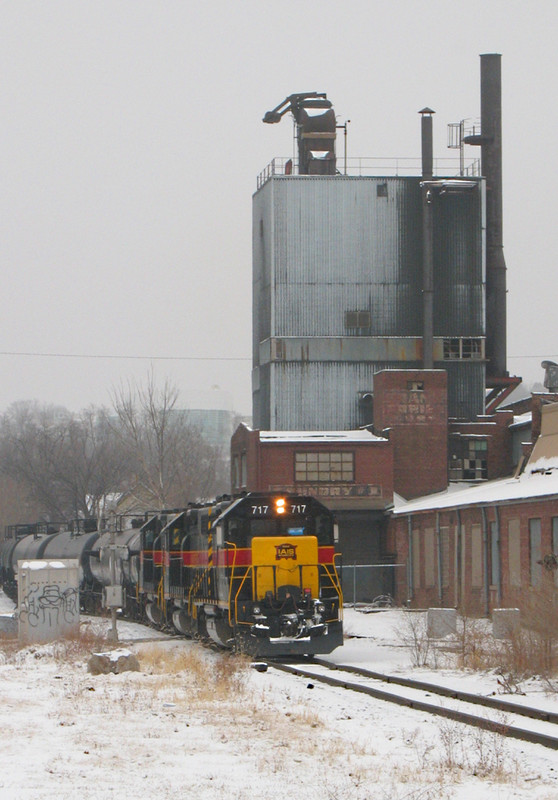 BICB-21 shoving back to the mainline at Rockingham Rd in Davenport, IA on 22-Jan-06.