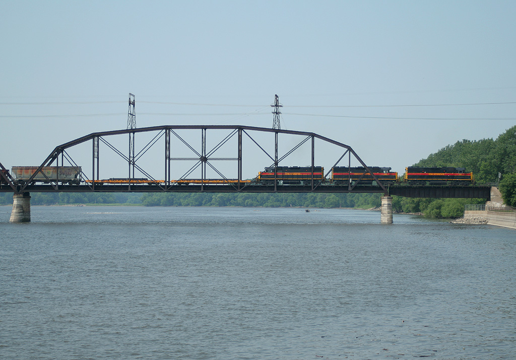 BICB on BNSF's Crescent Bridge crossing into Davenport, IA.  16-Jun-2006.