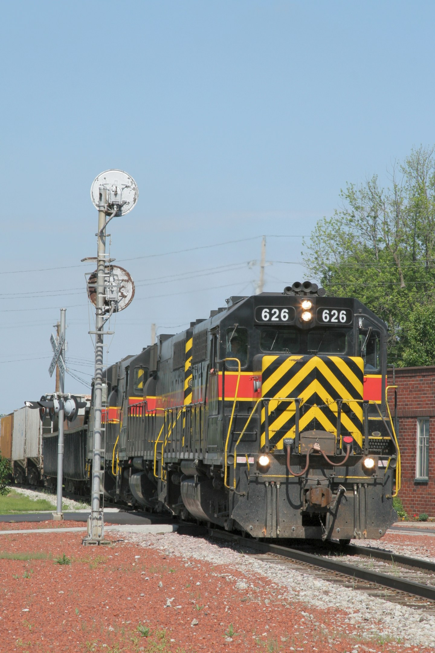 CBBI-31 and IAIS 626 pass the west interlocking signal at Grinnell