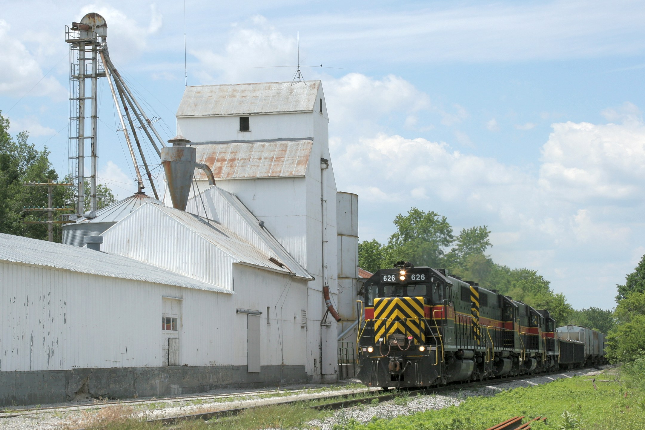 I'm thinking the unintentional theme for the day was grain elevators, though in Iowa it's rather unavoidable.  Here's the old one at Oxford.  With that, we leave CBBI-31 and turn back north towards the ICCR-01.