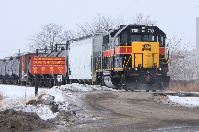Meanwhile, while 154 drags cars over from Davenport, 709 switches cars in the Rock Island yard.
