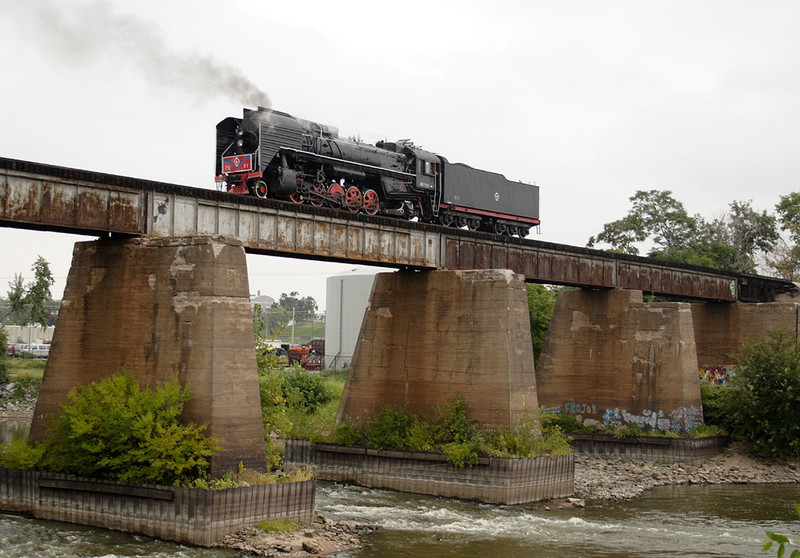 QJ 7081 returns to Iowa City, IA lite engine over the Iowa River after successfully completing a test run out to Homestead on 09-Sept-2006.