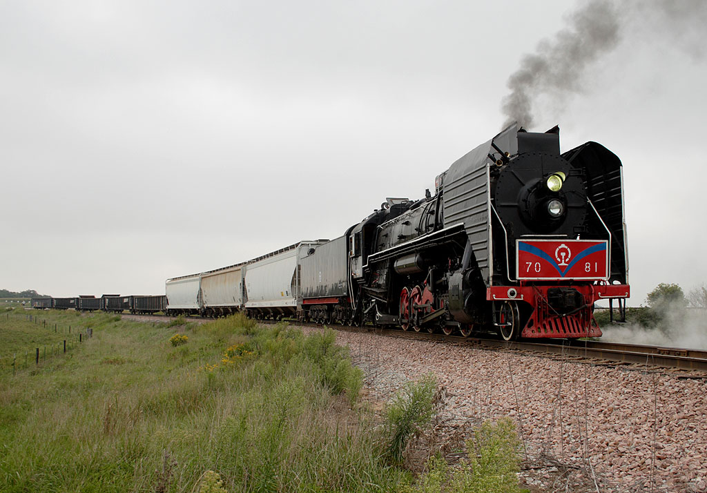 IAIS 7081 waits to re-enter the mainline on the east leg of Yocum Connection west of Homestead, IA on 09-Sept-2006.