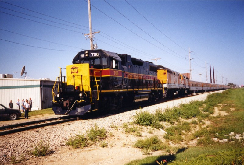 The Ski Train, led by 706, backs into Vernon siding Coralville, Sept. 2, 2004.