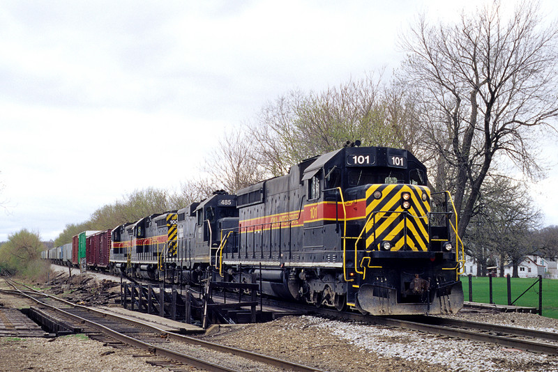 #101 pauses with an eastbound at the junction, Davenport, Iowa April, 12th, 2001.