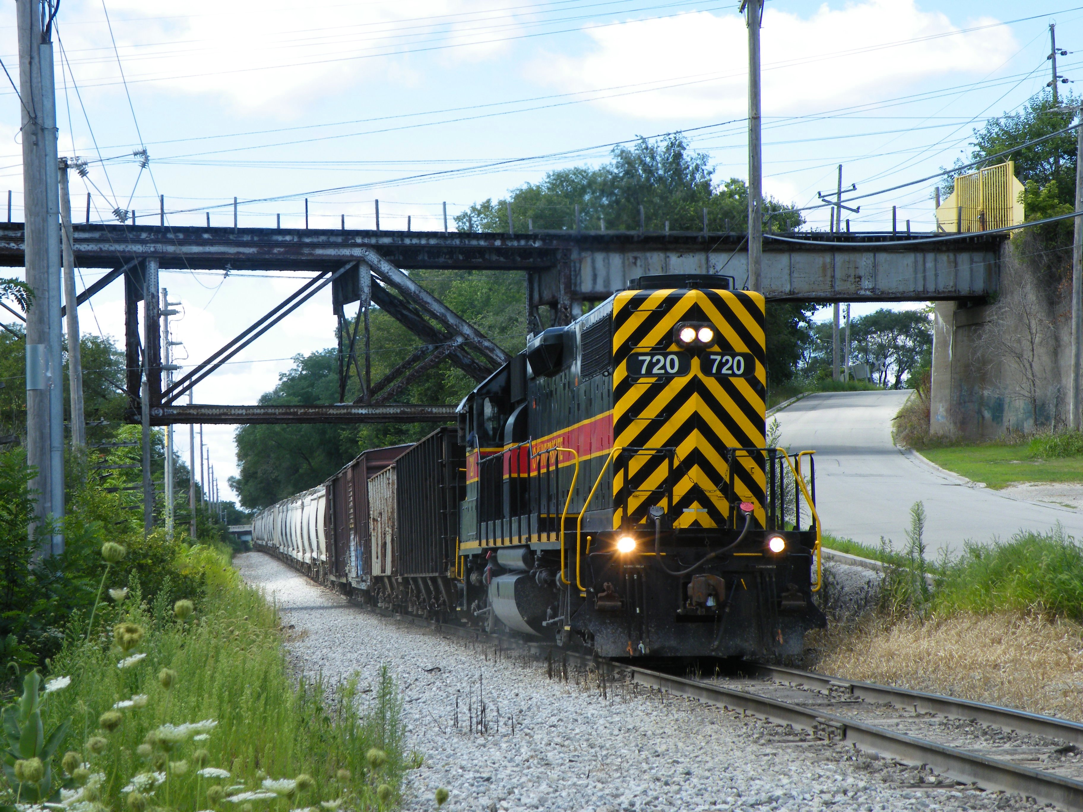 With its train all together and running push-pull style, Iowa 720 east heads toward Utica, passing under the Buzzi spur.