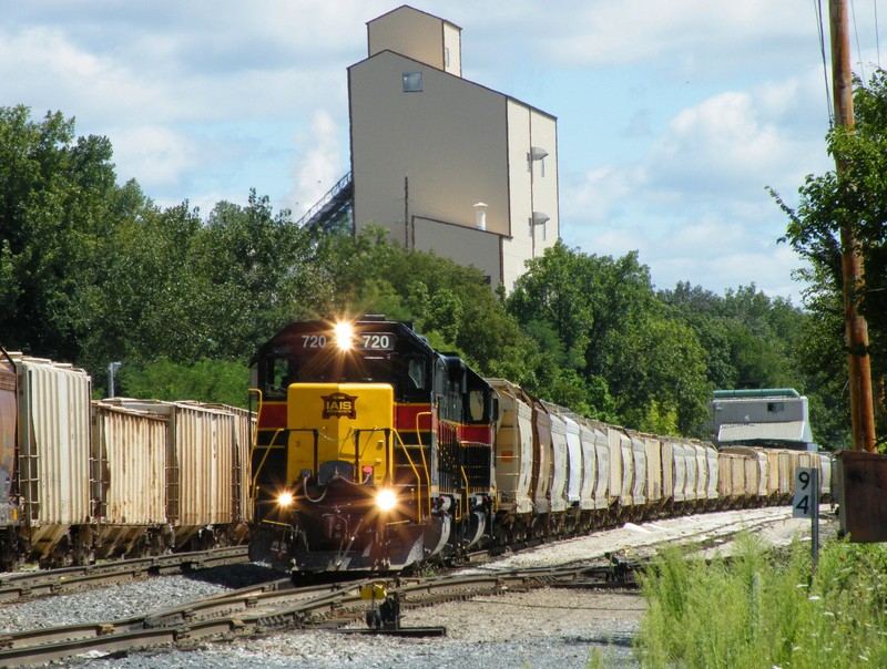 Working Utica, BUSW has to move a track of empty sand cars to get to their pick up.