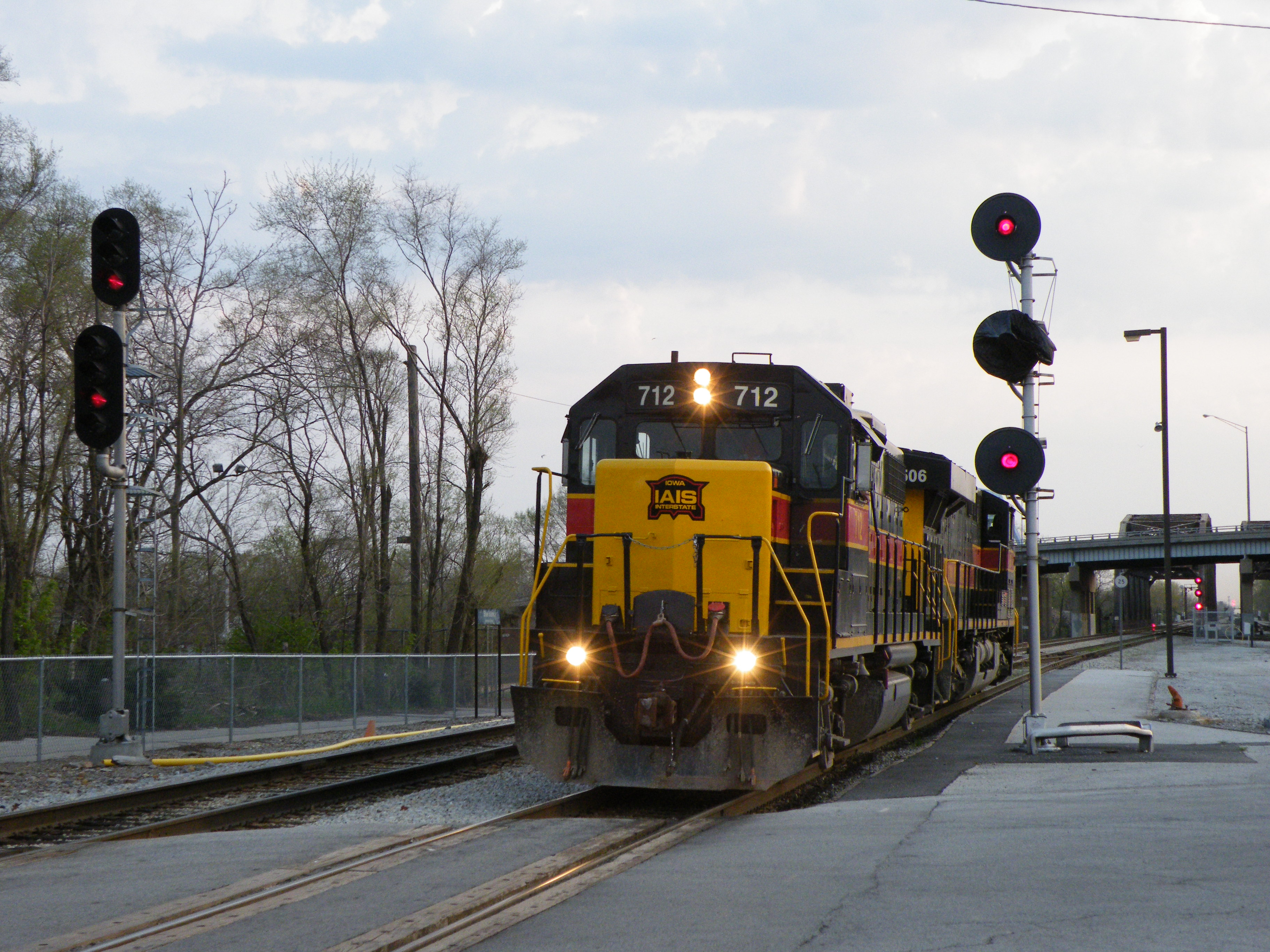 Iowa 712 and 506 head light power off the Harbor toward Bur Oak Yd. They would later lead a BIRI type train behind the usual BICB. Also, check out the signal work Metra is doing, one by one they are replacing the Rock Island searchlights... 04-11-10