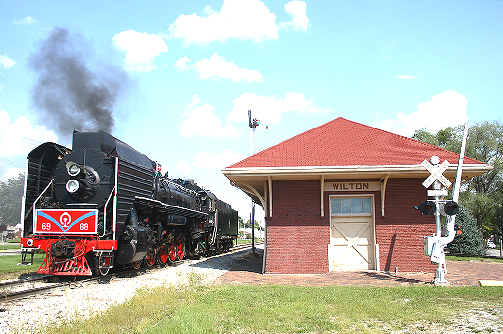 Pausing for quick look over at Wilton, Iowa, 6988 will soon hit the road again eastbound for Rock Island, Illinois.