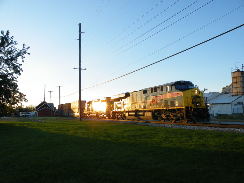 Iowa 500 leads the 154 on CBBI passed the Geneseo depot as the sun sets. Iowa definately keeps their power clean! 09-30-10