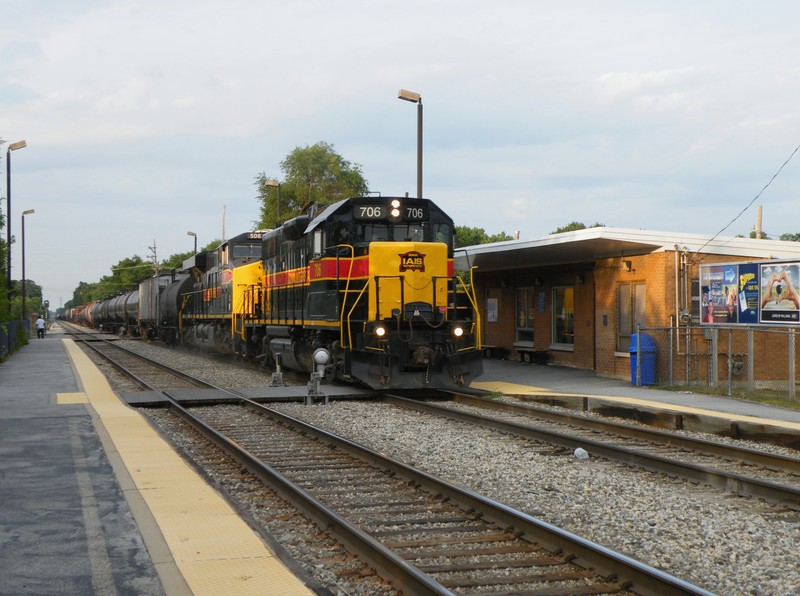 For whatever reason this evening, 506 was BOed from leading.. so they threw 706 up front for the trip west. A little variety still happens evn with the GE's! Oak Forest Depot, 08-06-09