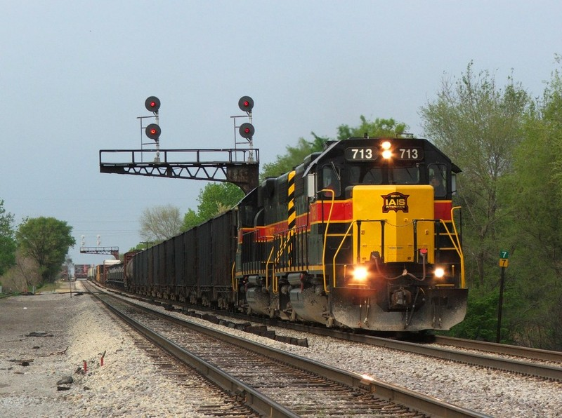 A pair of 700's lead a modest BICB under the old RI cantilevers at Robbins, IL. 05-16-08