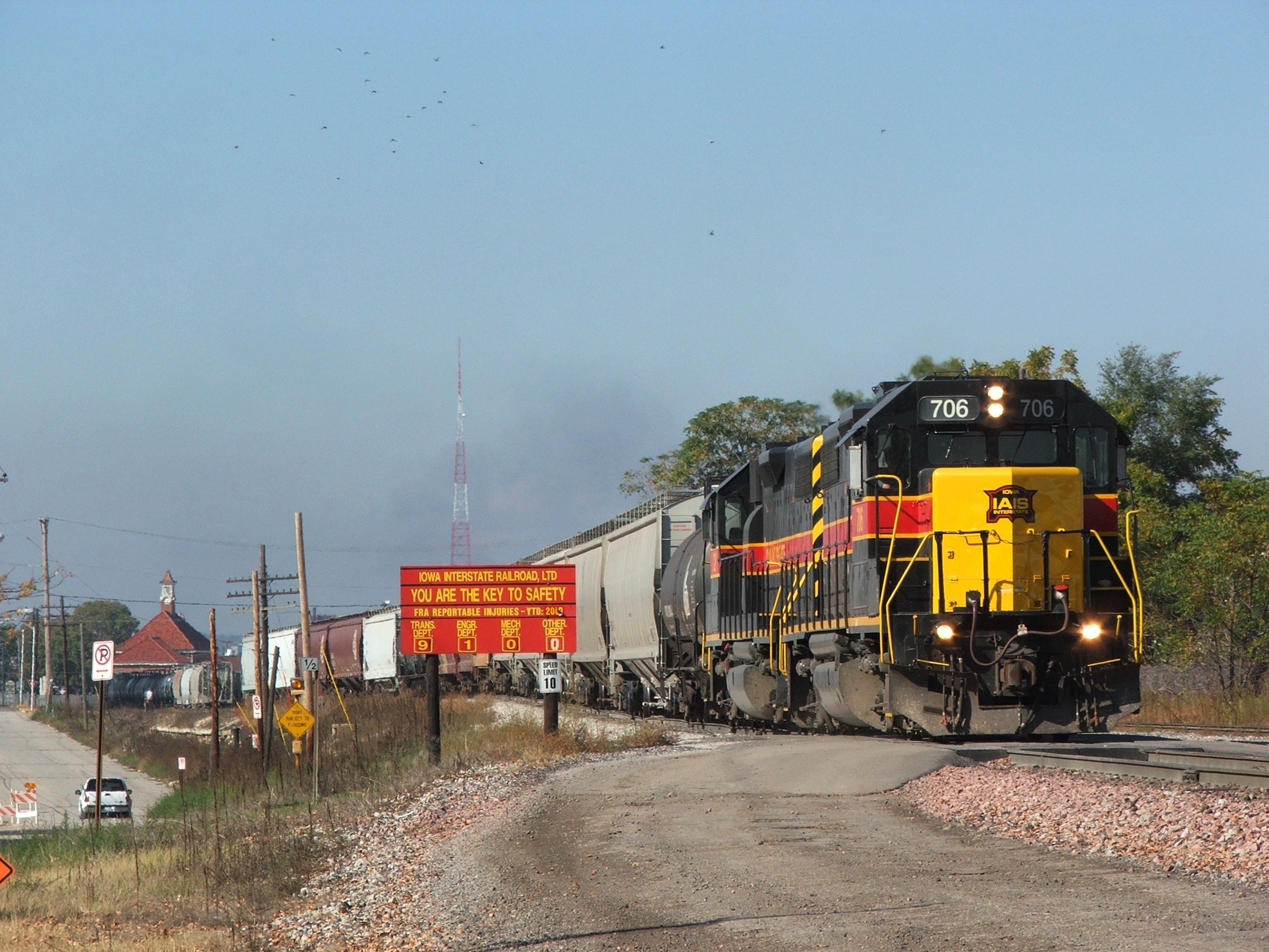 Iowa 706 and 720 take head room out of the east end of Rock Island while they dis-assemble ICRI.