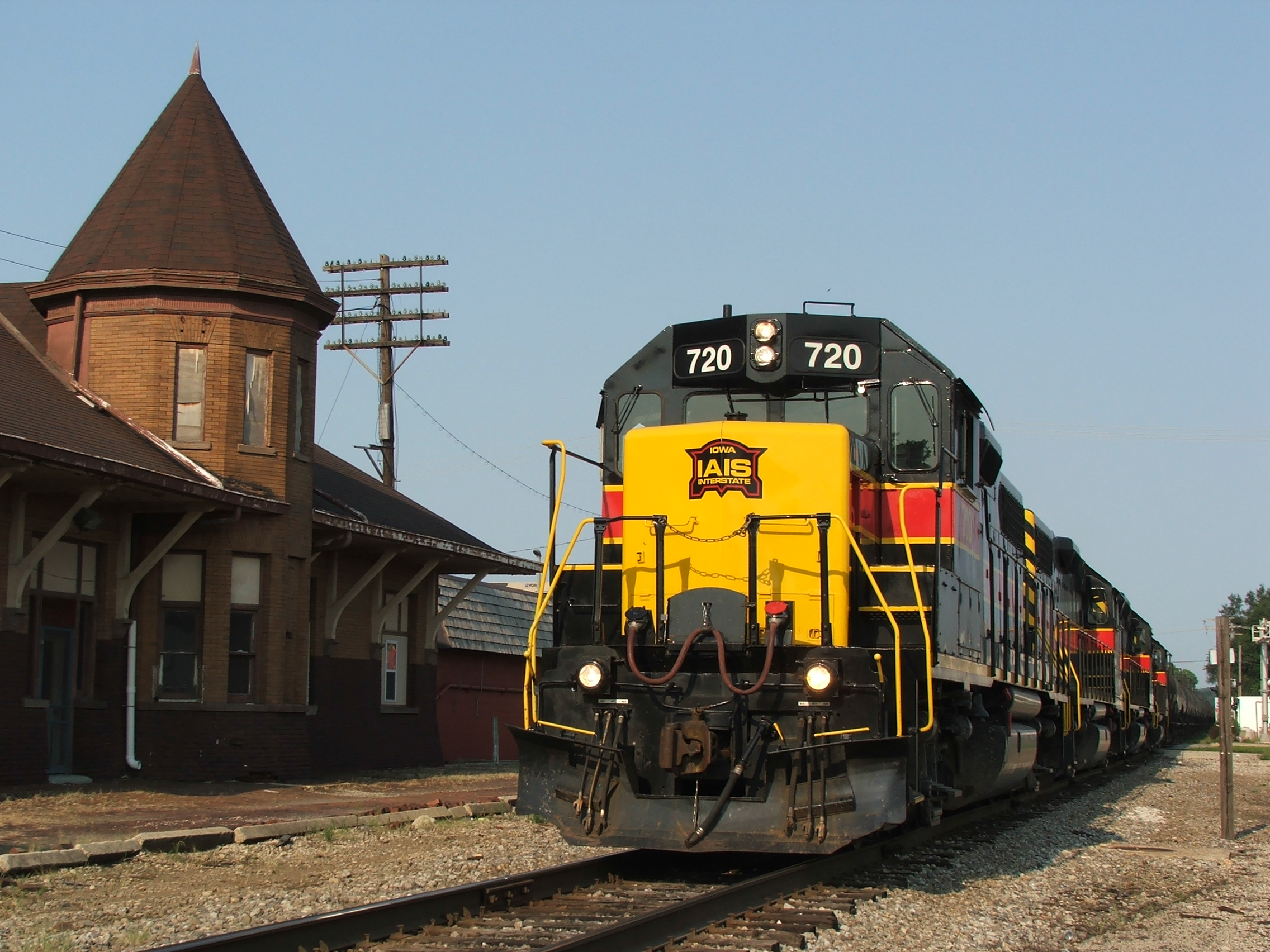 Iowa 720 leads a RINSU type train passed the old RI depot in Ottawa. The depot is now a MoW station for the CSX.
