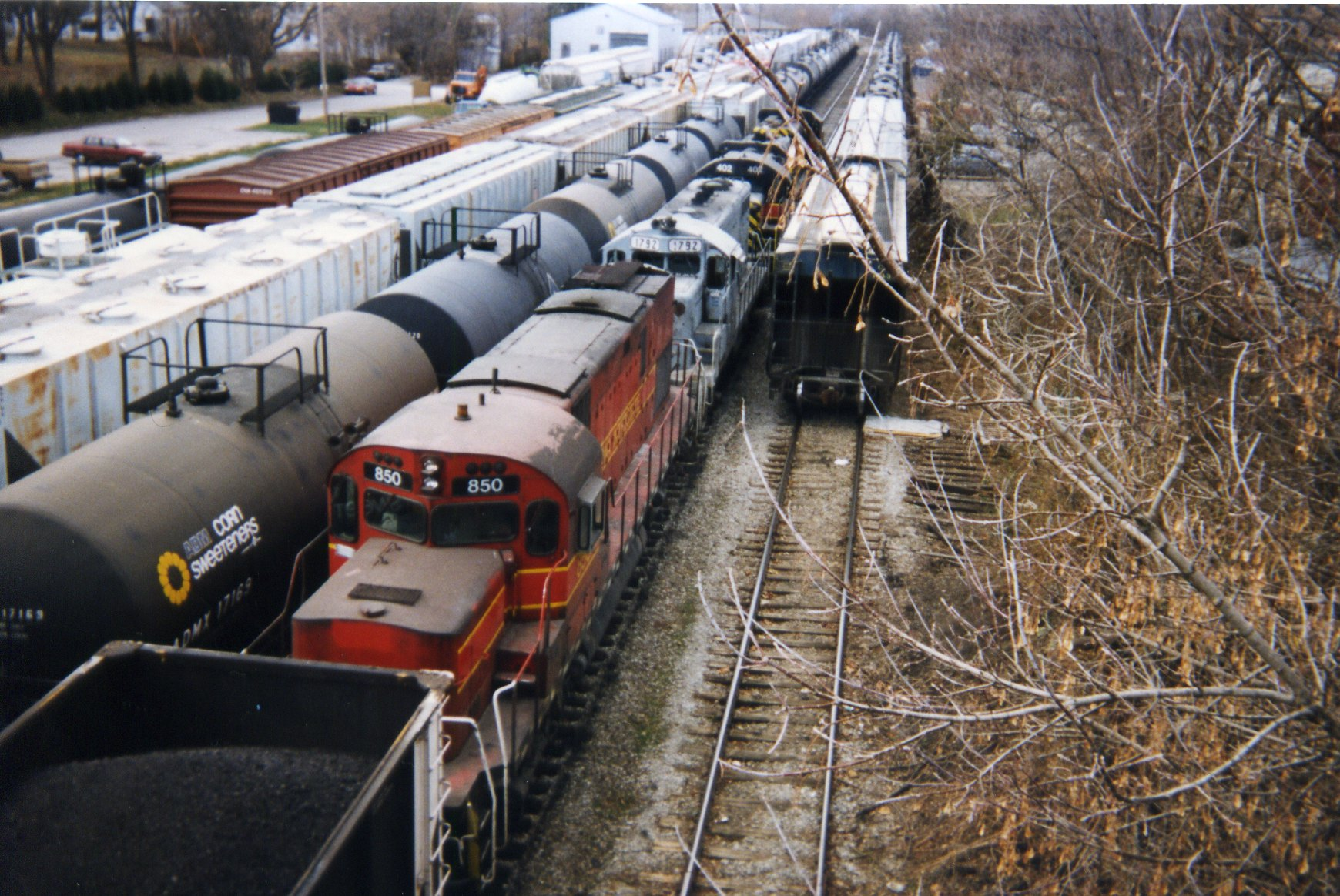 850 on the coal train, IC yard, Dec. '95.  The gray engine is a lease junker 1792, former CSX.